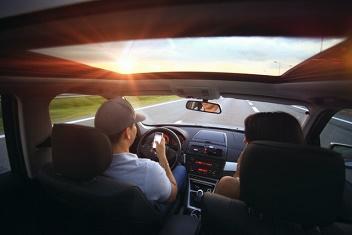Mężczyzna i kobieta jadą samochodem