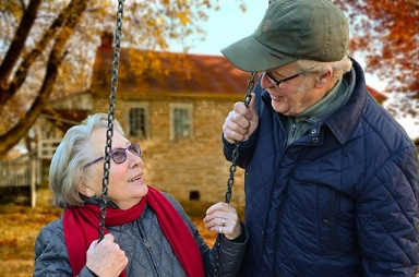 Dziadkowie przy huśtawce